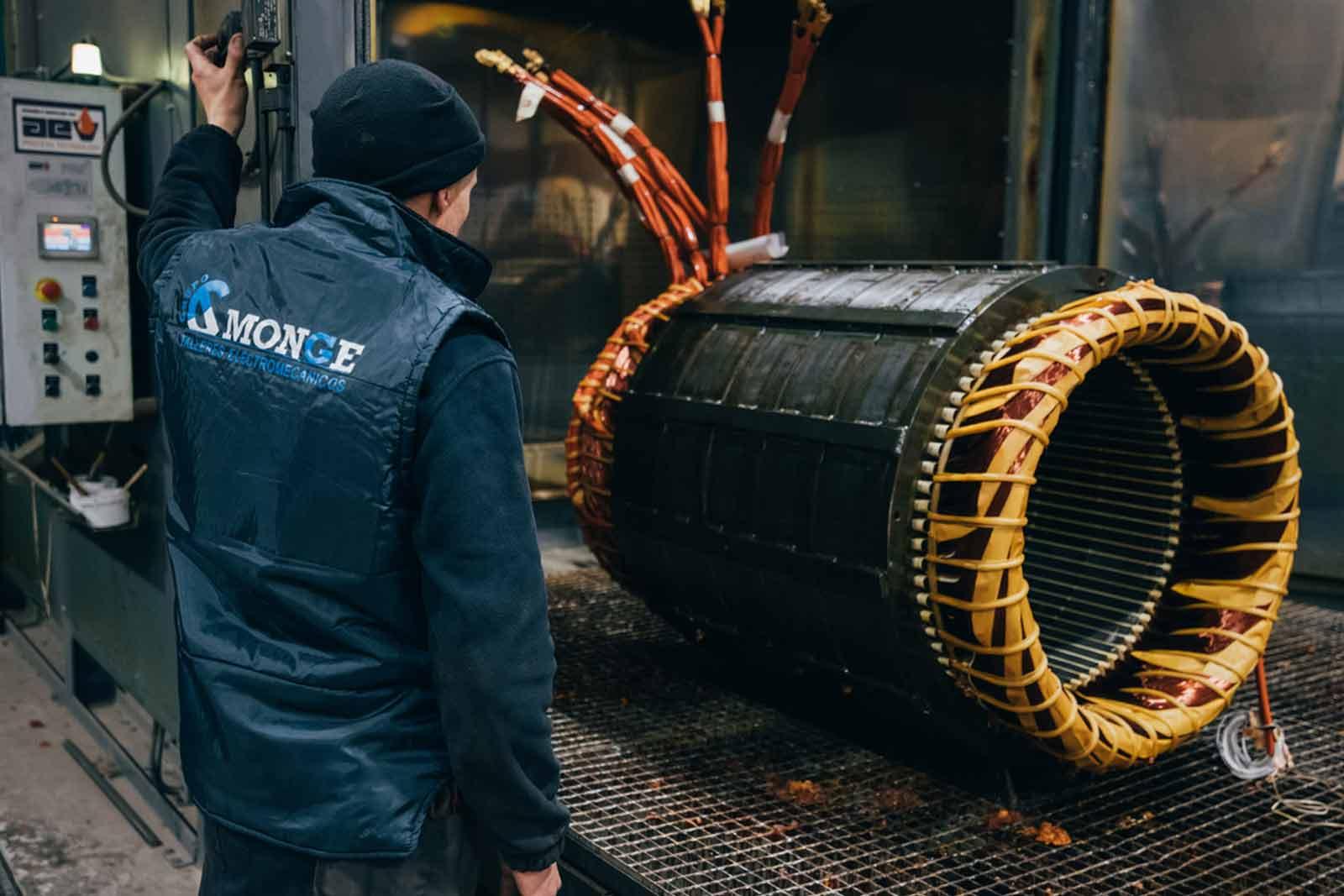 Cuando intervenimos sobre una máquina una vez que la avería ha aparecido. Ahí se lleva a cabo la reparación de la maquinaria industrial in situ o en nuestras instalaciones.